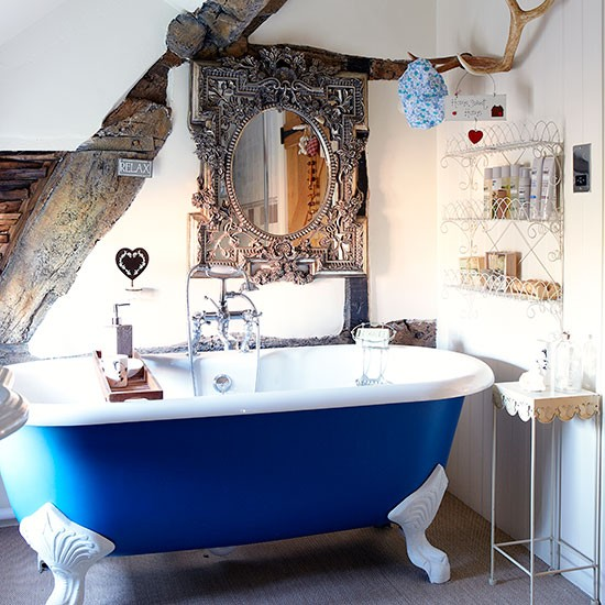 Cobalt-Blue-and-White-Roll-top-Bathroom-Country-Homes-and-Interiors-Housetohome