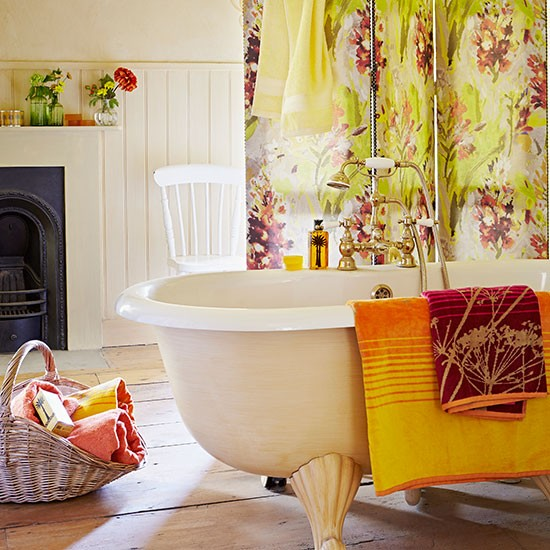 Floral-Screen-and-Cream-Bathroom-Country-Homes-and-Interiors-Housetohome